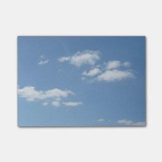 Blå himmel med vitmoln postar det noterar post-it lappar