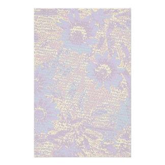 Blåa blommor mot lövkamouflagemönster brevpapper