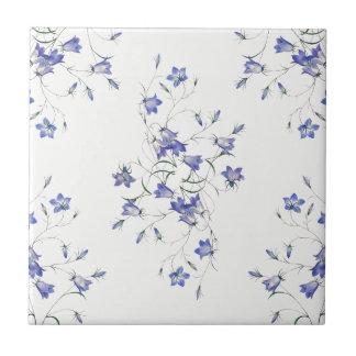 Blåklockor på keramiskt blom- tryck för vit kakelplatta
