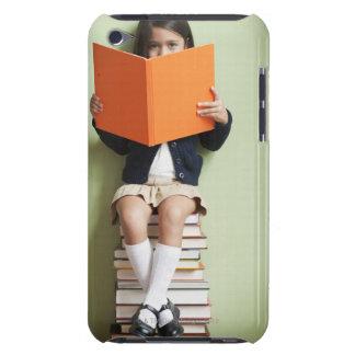 Blandad tävlingflickasitta på bunt av bokar iPod Case-Mate cases