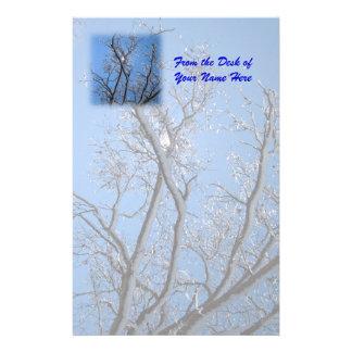 Blänka dolda träd för is och för snö brevpapper