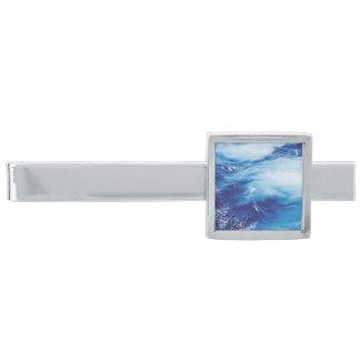 Blått bevattnar vinkart i hav slipsnål med silverfinish