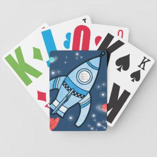 Blått för raket för pojkefotoutrymme som leker spelkort