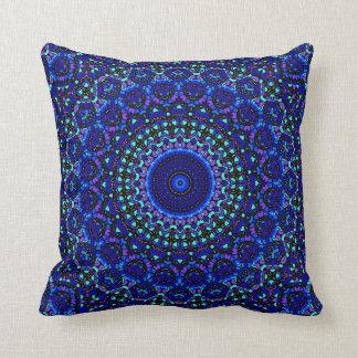 Blått och den kolsvart mång- fläckkaleidoscopen kudde