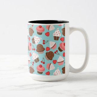 Blått- och rosamuffins, hjärtor och körsbär Två-Tonad mugg