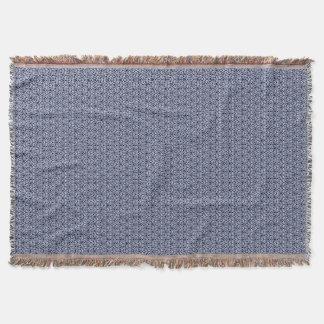 Blått- och vitsnöredekorativ kudde filt