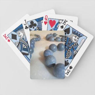 Blått pryder med pärlor halsbandet spelkort