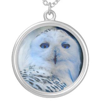 Blått synad snöuggla halsband med rund hängsmycke