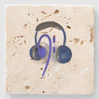 Blåtthörlurar med mikrofon som leker någon bas underlägg sten