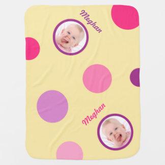 Blek - gult med det rosa och purpurfärgade polka d bebisfilt