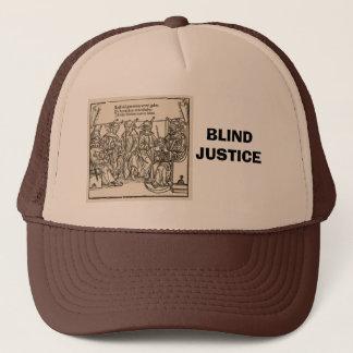 Blind rättvisa, domstol av dumbommar truckerkeps