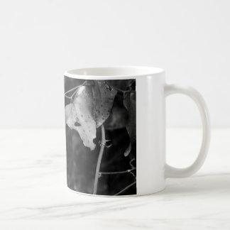 blk- och vitlöv kaffemugg