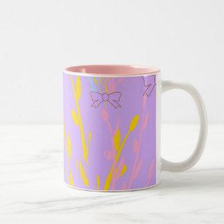 Blom- medvetenhetrosett band på lila lilor Två-Tonad mugg