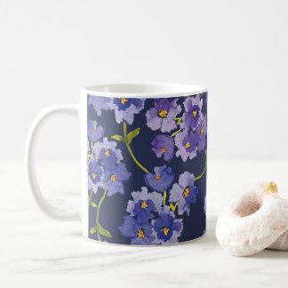 Blom- mugg för lila- och blåttblommarakvarell