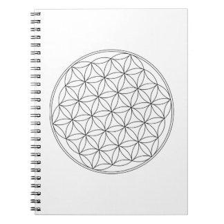 Blomma av livvit anteckningsbok med spiral
