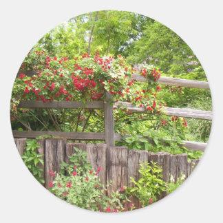 Blomma på ett staket runt klistermärke