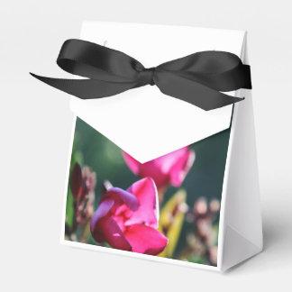 Blommablommargåvan hänger lös presentaskar