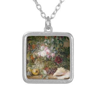 Blommaordning och snäckskal silverpläterat halsband