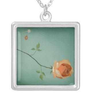 Blommigten steg, halsbandet silverpläterat halsband