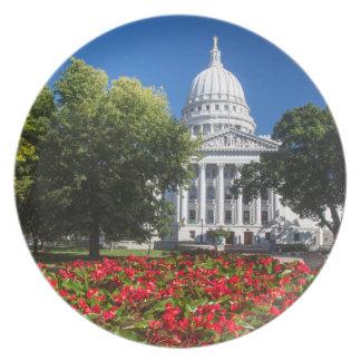 Blommor framme av statlig huvudstadbyggnad tallrik