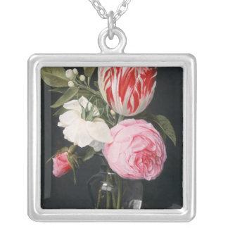 Blommor i en glass vas silverpläterat halsband