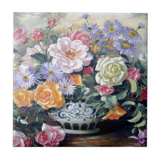 Blommor i en vas kakelplatta