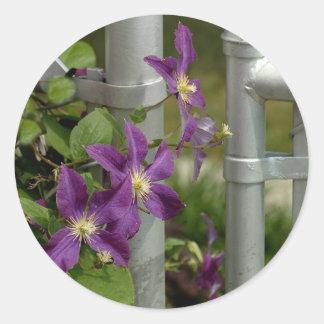 blommor på ett staket. runt klistermärke