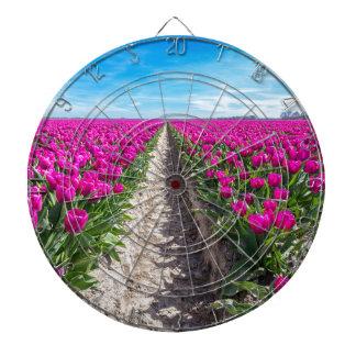 Blommor sätter in med purpurfärgade tulpan och darttavla