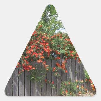 Blommor som klättrar staket triangelformat klistermärke