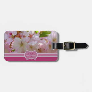 Blomstrar det rosa körsbäret för monogramen med bagagebricka