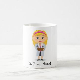Blond kvinnlig doktor för personlig kaffemugg