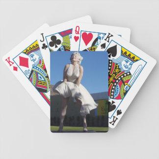 Blondin i Palm Spring som leker kort Spelkort