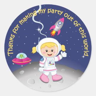 Blont tack för flickaastronautfödelsedag runt klistermärke