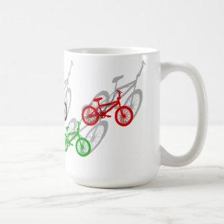 BMX-ryttarebicyle som cyklar smuts, spårar Kaffemugg