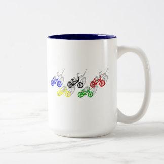 BMX-ryttarebicyle som cyklar smuts, spårar Två-Tonad Mugg