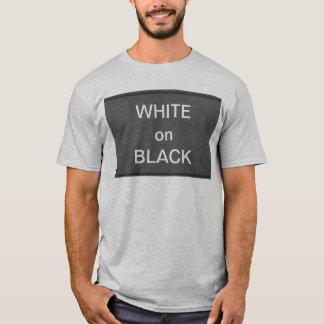 BNW cirklar n-text tar prov - vit på svart T-shirt