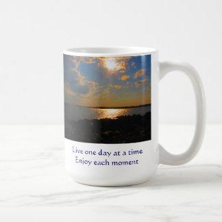 Bo en dag tycker om i sänder varje ögonblicksmugg kaffemugg