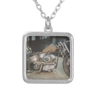 bobbercykel halsband med fyrkantigt hängsmycke