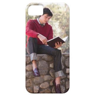 Bok och sitta för student läs- på stenväggen iPhone 5 skydd