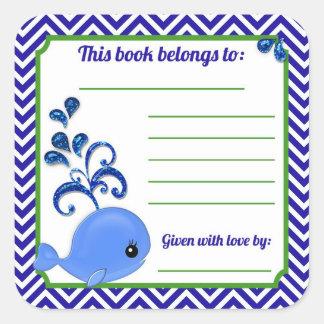 Boken för baby shower för blåttvalbabyen pläterar fyrkantigt klistermärke