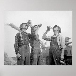 Bönder som dricker Öl, 1941. Vintagefoto Poster