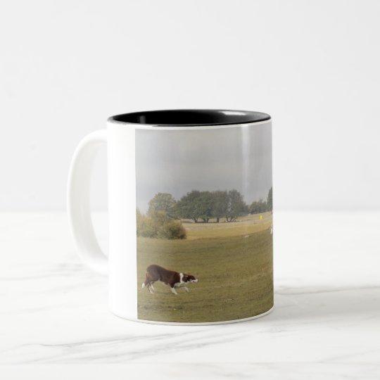 Border Collie at sheep trial - mug Två-Tonad Mugg