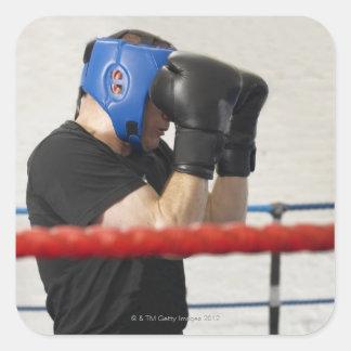 Boxare som täcker hans ansikte i ring fyrkantigt klistermärke
