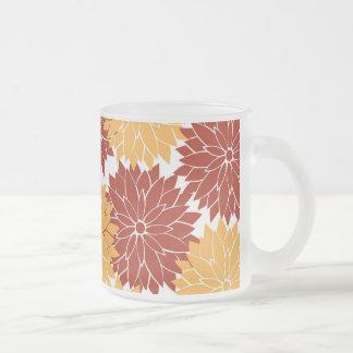 Bränd orange och orange blommablommarfloror frostad glasmugg