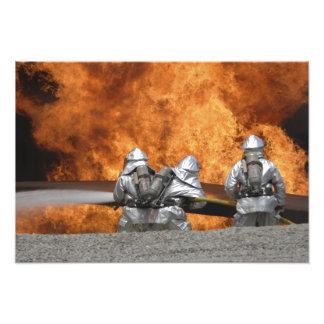Brandmän neutraliserar en avfyra konstfoto