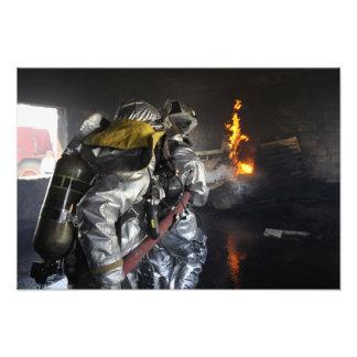 Brandmän släcker en avfyra i en utbildande ro fototryck