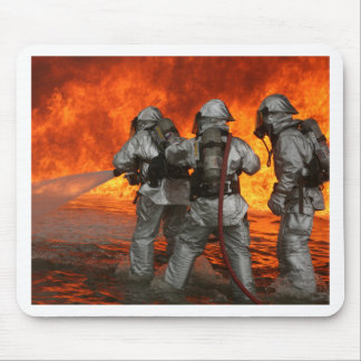 Brandmän som slåss en avfyra musmatta