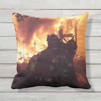 Brandmän strukturerar avfyrar kudde