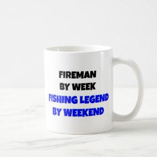 Brandman vid veckafiskelegend vid helg kaffe mugg