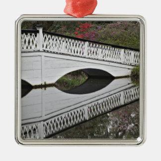 Bridge som reflekterar på damm, Magnolia Julgransprydnad Metall